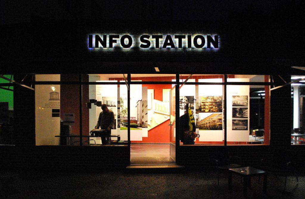 Infostation Siemensstadt Abend Ausstellung