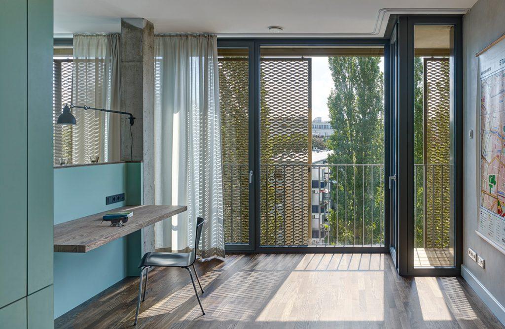 Innenraum Tisch Stuhl bodentiefe Fenster Beton